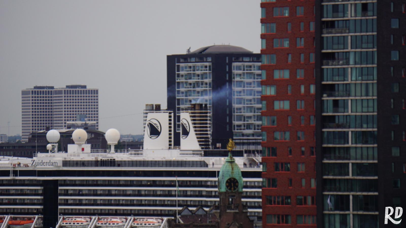 Cruiseschip aan de kade op de Kop van Zuid.
