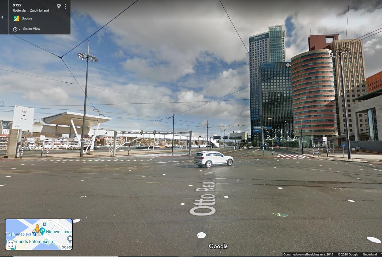 Afbeelding 1. Het Wilhelminaplein: een gebrek aan goede uitnodigende bebouwing rondom en een zee van asfalt en trambanen. Bron: google streetview.